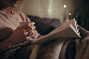 Lợi ích không ngờ của việc đọc sách ban đêm