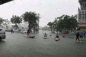 Phố Đà Nẵng vẫn chìm trong nước khi mưa không ngừng rơi, người dân thì bàng hoàng
