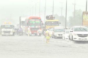 Mưa trắng trời ở Đà Nẵng, quốc lộ, đường sắt bắc - nam tê liệt