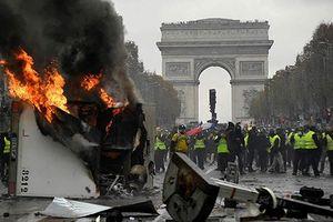 Paris Noel đỏ hay vàng?