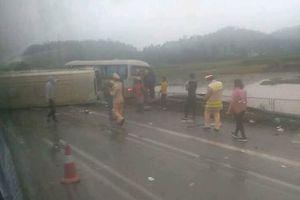 Ô tô khách lật ngửa sau va chạm trên cao tốc Nội Bài – Lào Cai