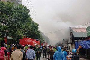 Vừa bị ngập chìm trong nước, kho hàng gần chợ Vinh bất ngờ bùng cháy dữ dội