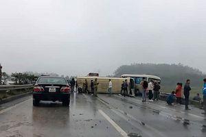 Xe khách va chạm nhau, lật nghiêng trên cao tốc Nội Bài - Lào Cai