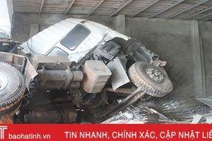Xe tải lao vào ki-ốt vật liệu xây dựng, hai người bị thương nặng