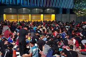 Hàng nghìn CĐV xếp hàng qua đêm chờ mua vé trận Malaysia-Việt Nam