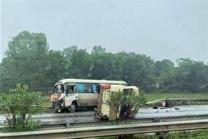 Hiện trường xe khách lật, chắn ngang cao tốc Nội Bài-Lào Cai