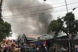Clip hiện trường vụ cháy kho hàng gần chợ Vinh