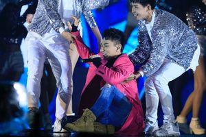 Clip: Sân khấu trơn trượt, fan xót xa vì Isaac có cú ngã quá đau nhưng vẫn mỉm cười và gắng hát tiếp