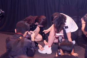 Khoảnh khắc đẹp: Đông Nhi cúi xuống buộc dây giày cho fan ngay tại họp báo trình làng album vol.3