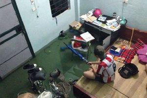 Mưa lớn kéo dài khiến phòng trọ nước ngập nửa phòng, sinh viên Đà Nẵng đồng loạt đăng ảnh chia sẻ nỗi khổ ngày mưa gió