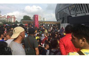 Người hâm mộ xếp hàng từ đêm để mua vé trận Malaysia-Việt Nam