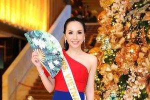Châu Ngọc Bích tặng quạt giấy hình quốc hoa cho thí sinh 'Mrs Universe 2018'