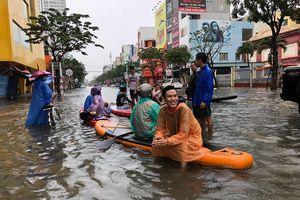 Người Đà Nẵng chèo thuyền trên phố sau trận mưa ngập lịch sử