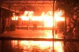 Đình làng ở Dịch Vọng cháy lớn do thắp hương ngày đầu tháng