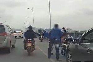 Dừng ô tô giữa cầu Vĩnh Tuy, tài xế lao xuống đánh thanh niên đi xe máy - nguyên nhân vì 1 yêu cầu không được đồng ý