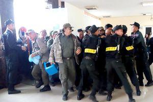 Không mua được vé, nhiều người xưng thương binh quậy phá VFF