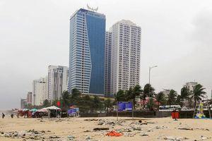 Rác ngập bãi biển Đà Nẵng sau mưa lụt