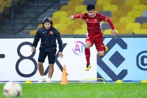 Tuyển Việt Nam dầm mưa tập luyện trước chung kết AFF Cup với Malaysia