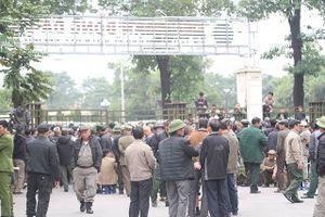 Người dân 'vượt rào' trụ sở VFF đòi mua vé trận Việt Nam - Malaysia