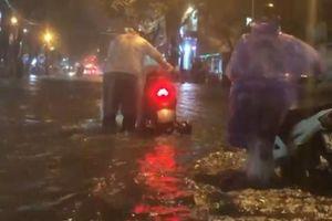 Mưa lớn suốt đêm, người dân TP. Quảng Ngãi 'bì bõm' trong biển nước