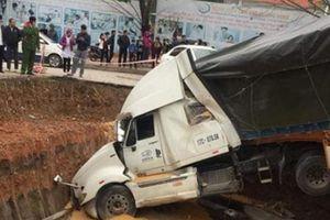 Xe container mất lái 'hạ gục' 3 xe con rồi lao xuống hố