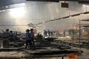 Xưởng gỗ nghìn m2 ở Bình Dương bốc cháy, hàng trăm người hoảng loạn