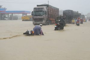 Bình Định: Giao thông đang bị chia cắt, nhiều trường cho học sinh nghỉ học