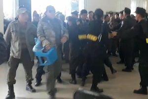 SỐC: Phá cửa VFF, chống Cảnh sát Cơ động để lùng vé AFF Cup