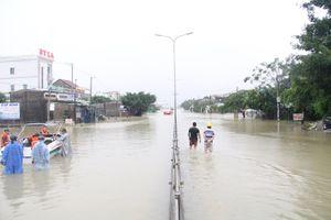 QL1 qua Quảng Nam có nơi ngập sâu hơn 1m, ô tô 'bơi' trong nước