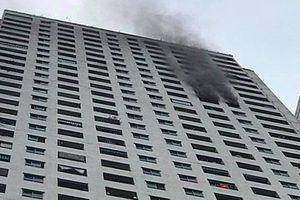 Cháy lớn tầng 31 chung cư Linh Đàm, người dân hoảng loạn tháo chạy