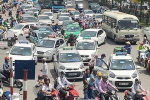 Giá xăng giảm mạnh nhiều lần, cước taxi bất động