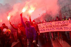 Chùm cảnh cơn cuồng nộ của người Pháp khiến Paris chao đảo, Tổng thống Macron gặp nguy