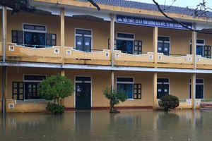 Nước lũ 'chiếm trường', hàng nghìn học sinh Thừa Thiên - Huế nghỉ học