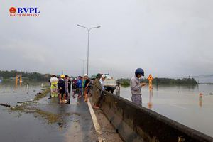 Quốc lộ 1A qua Quảng Nam ngập sâu 1m, giao thông tê liệt