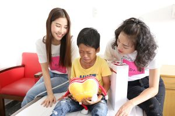 Ngô Thanh Vân, Diễm My 9X giản dị thăm bệnh nhi mổ tim sau 'Vết sẹo cuộc đời 8'