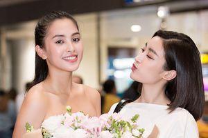 Hoa hậu Đỗ Mỹ Linh váy trắng trẻ trung hôn gió Tiểu Vy ở sân bay