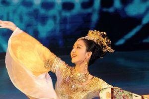 'Tiên nữ giáng trần' Đồng Lệ Á làm bừng sáng sân khấu Hoa Biểu 2018 bằng màn múa