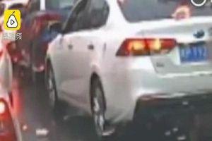 Ném rác ra đường, tài xế ô tô bị cảnh sát bắt nhặt lại