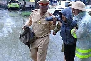 Xúc động hình ảnh lực lượng CSGT đưa cả gia đình bị ngộ độc thực phẩm đi cấp cứu trong mưa lũ