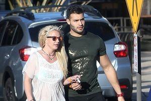 Britney Spears đeo bờm tai mèo, dạo phố cùng 'tình trẻ' kém 13 tuổi