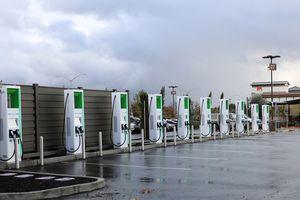 Ô tô điện đã có thể di chuyển 300km với 10 phút sạc