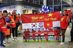 Hàng ngàn cổ động viên mang cờ đỏ sao vàng lên đường 'tiếp lửa' cho tuyển Việt Nam
