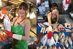 Cô gái phụ mẹ bán cá vô tình làm 'vỡ chợ' vì nhan sắc xinh đẹp