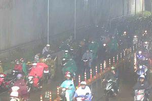 Người dân vô tư trú mưa, gây ách tắc hầm Thủ Thiêm