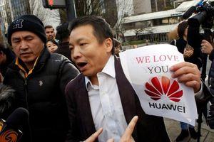 Đám đông gây ồn ào tại phiên tòa 'công chúa Huawei'