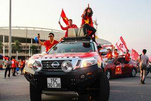 Dàn xe rực rỡ sắc cờ cổ vũ tuyển Việt Nam