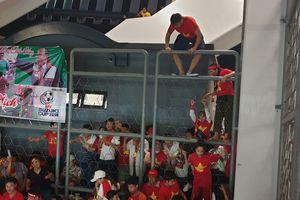 Hơn 100 CĐV Việt Nam trèo rào vào xem chung kết AFF Cup