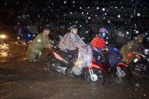 TPHCM sấm sét, trời đen kịt, mưa lớn bất thường: Nguyên nhân do đâu?