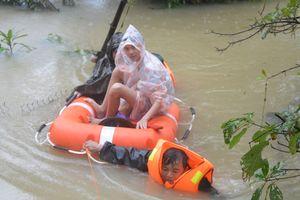 LLVT Quân khu 5 sát cánh cùng nhân dân trong mưa, lũ