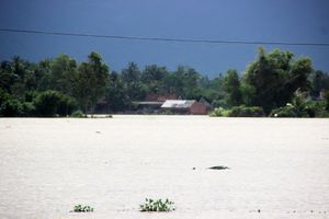 Bình Định: Nhiều vùng vẫn còn ngập nặng, 3 người trong 1 huyện bị lũ cuốn trôi